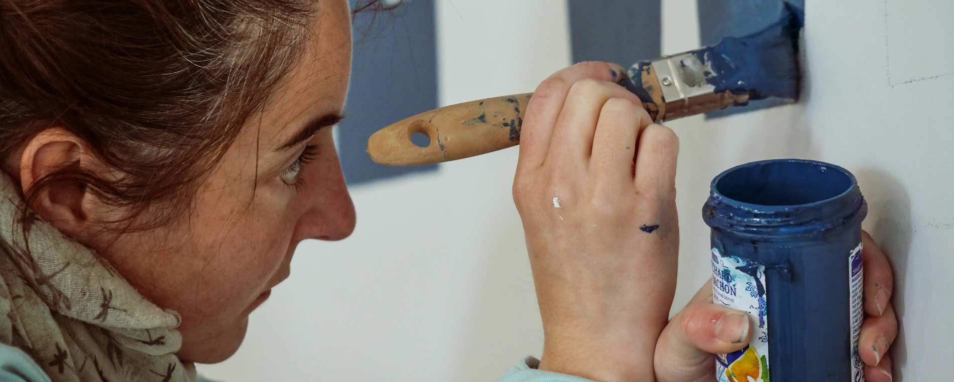 Morgane Côme, seule peintre en lettres en Finistère