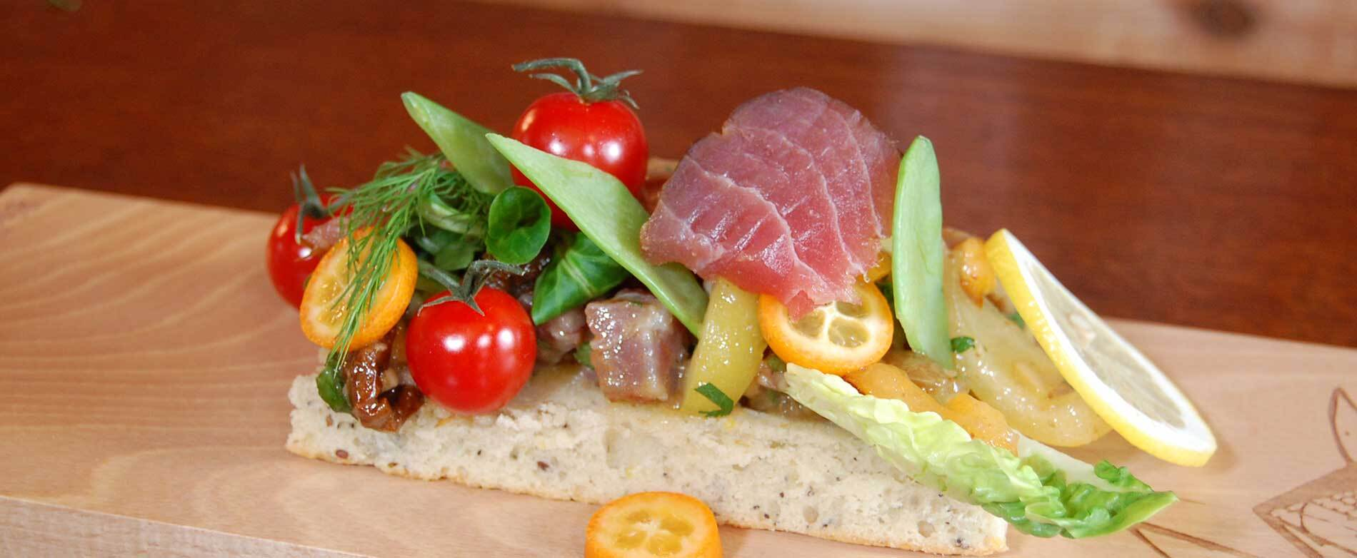 Recettes de chefs : ceviche de thon et lieu fumés sur un pain ciabatta à l'huile d'olive fumée